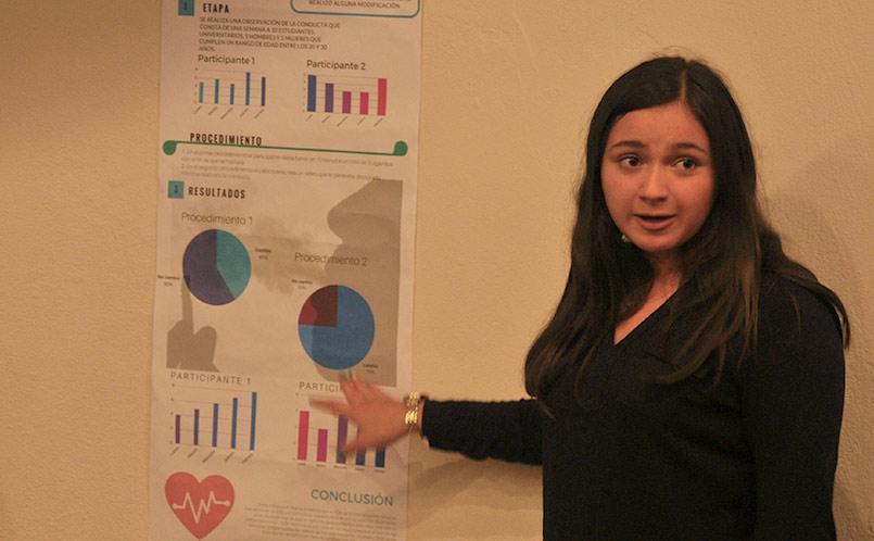 Estudiantes exponen sobre el tema de autoestima