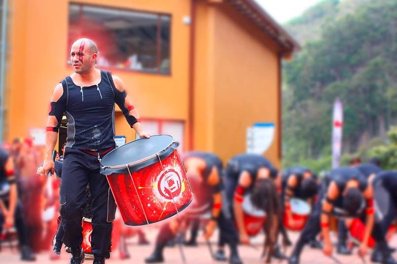 Los estudiantes disfrutaron al ritmo de tambores.