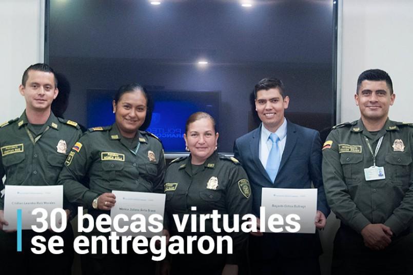Beneficiados de la beca y representantes de la Policía