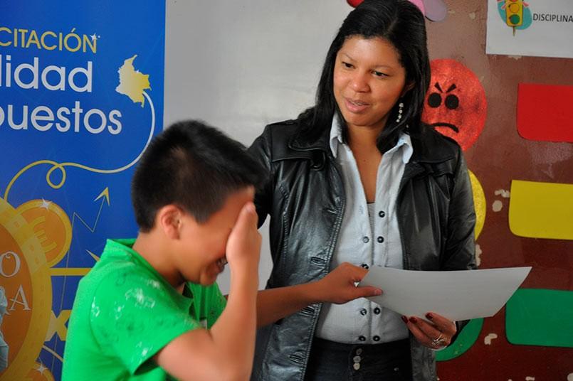 Estudiante recibiendo certificado de la decana Deisy de la Rosa.