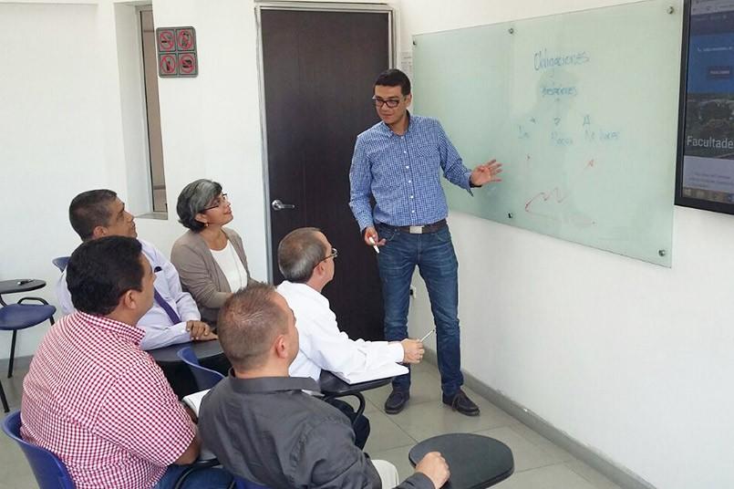 Jorge Puerta, coordinador programa de Derecho Medellín acompañado de estudiantes.