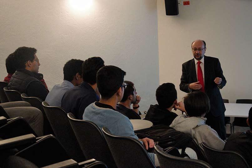 El decano Rafael García habló y motivó a los estudiantes a participar