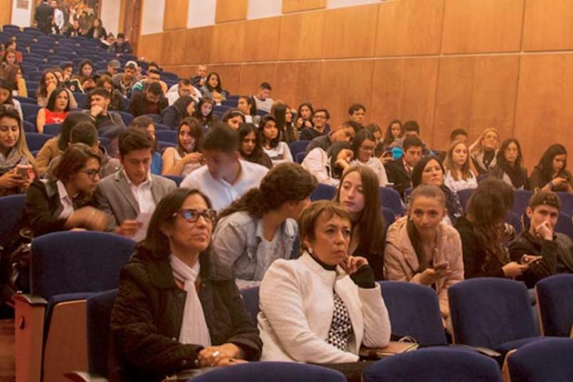 Las estudiantes en la ponencia