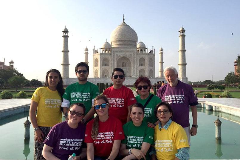 Misión India visitando el Taj Mahal en la ciudad de Agra
