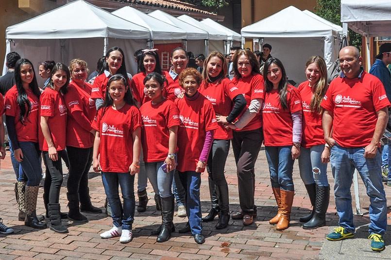 El Fondo Huella Grancolombiana otorga becas a cientos de estudiantes con necesidades económicas. El equipo es liderado por  la Comunicadora Social, Vanessa Galeano.