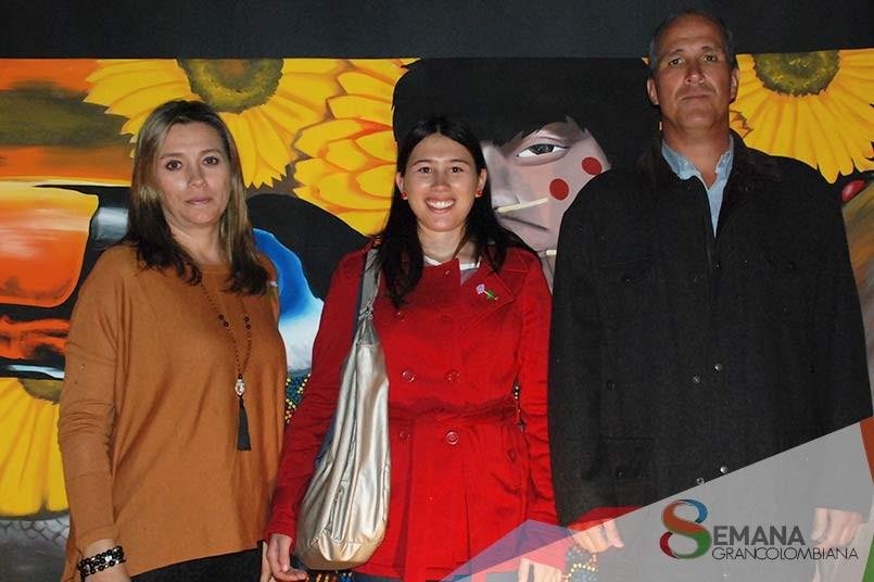 María Camila junto a sus padres.