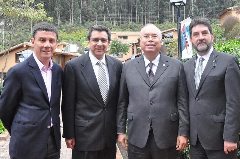 De izquierda a derecha: Billy Escobar, Decano Facultad Ciencias Sociales; Gustavo Coronel, Presidente Universidad del Istmo y de la Universidad San Marcos de Costa Rica; Enrique Laus Cortes, Jefe Oficina Estratégica Universidad de Panamá; Jurgen Chiari, R